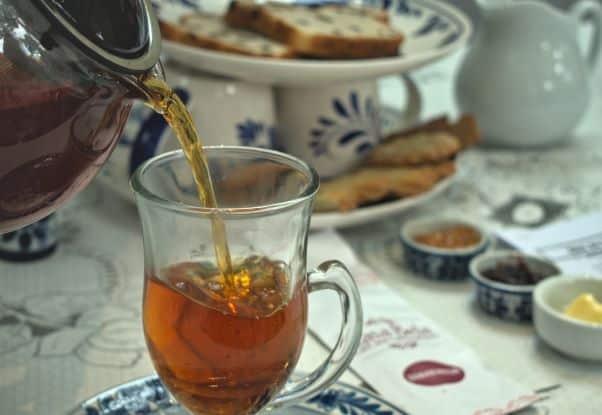 Chá sendo servido