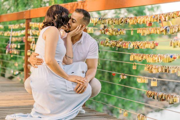 Casal se beijando em frente ao Deck do Amor