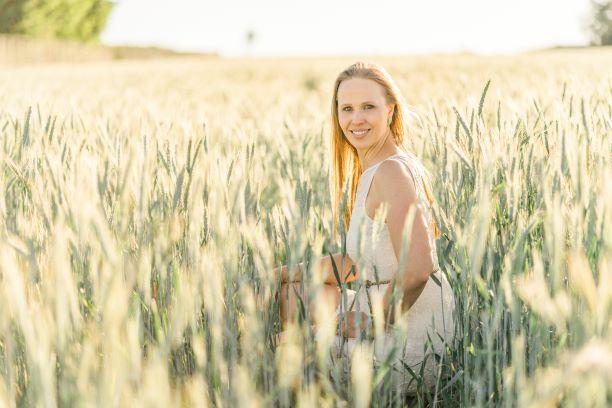 Garota em meio ao campo de trigo
