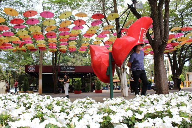 Orelhão de tamanco, guarda-chuvas coloridos e flores no Parque da Expoflora