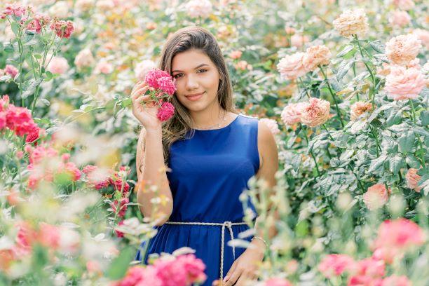 Garota em meio às rosas no Bloemen Park