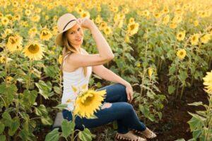 Garota posando em campo de girassol