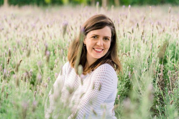 Fotógrafa Carolina Pedrosa em campo de lavandas