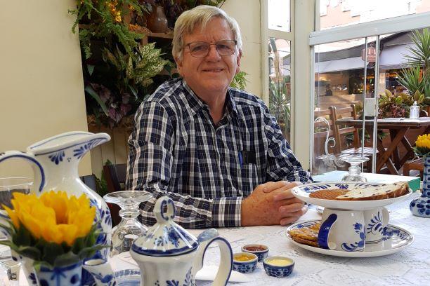 Anfitrião Tony servindo o chá da tarde típico