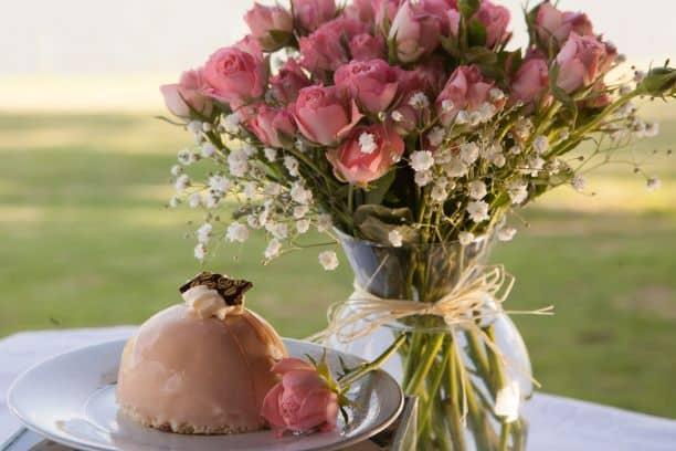 Doce de rosas em frente a vaso de flores da Confeitaria Zoet en Zout