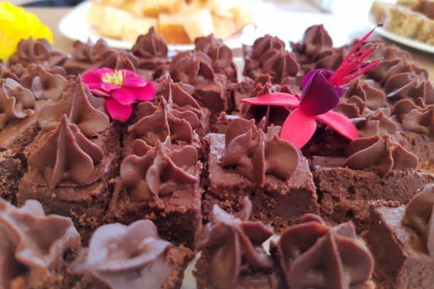 Bolo da Chocolate enfeitado com flores do Divina Terra