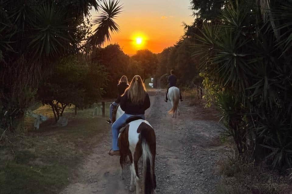 Pessoas cavalgando no Pôr do Sol em Holambra
