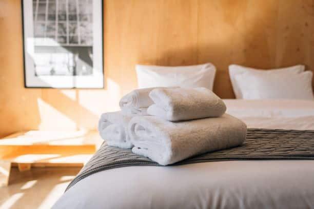 cama de hotel com toalhas em cima