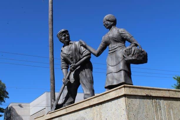 Escultura de casal de imigrantes