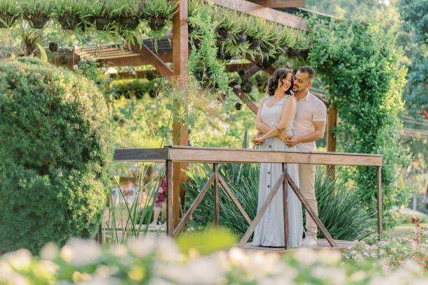 Casal em Praça florida de Holambra