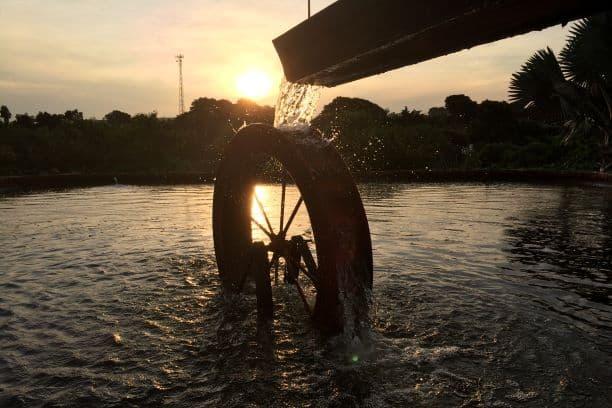 Roda d'água ao pôr do sol da Praça da Cachoeira