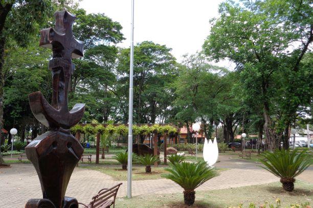 Escultura de Madeira e jardim da Praça dos Pioneiros
