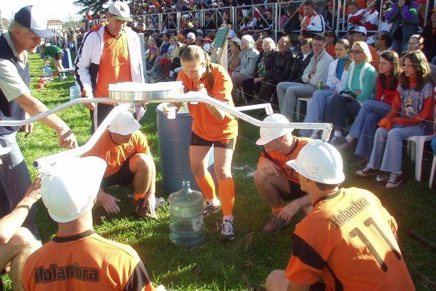 Garota participando de jogo de Zeskamp em Castrolanda