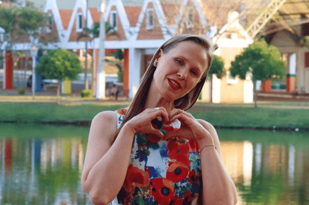 garota fazendo coração com as mãos