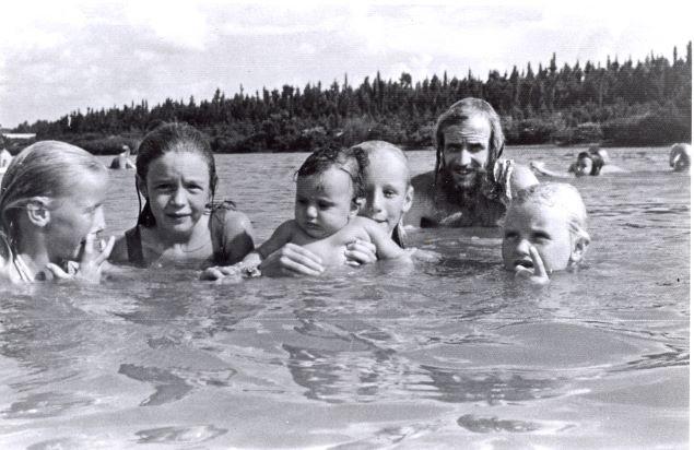 Crianças nadando na Mini-Praia