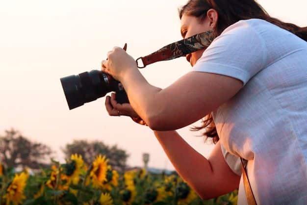Fotógrafa no campo de girassol