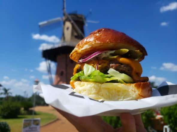 Hamburger em frente ao Moinho Povos Unidos